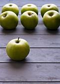 Grüne Äpfel, aufgereiht