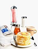 Gestapelte Pancakes mit Butter und Ahornsirup im Diner