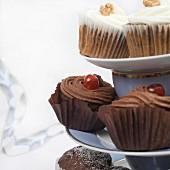 Verschiedene Cupcakes & Muffins auf Ständer (Ausschnitt)