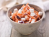 Möhrensalat mit Trauben und Marshmallows