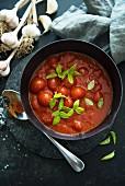 Tomatensauce mit ganzen Cocktailtomaten (Aufsicht)
