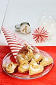 Weihnachtsdeko, Papiertüte, Kekse in Herzform, Papierstern