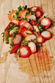 Viele abgeschnittene Stiele von Erdbeeren als Küchenabfälle
