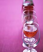 Eine Reihe Weingläser mit Rosewein