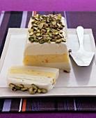 Eisterrine mit Vanilleeis, Orangeneis & Pistazien