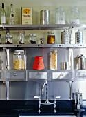 Lebensmittel auf Regal aus Stahl in Küche