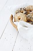 Verschiedene Bagels im Brotkorb
