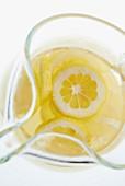 Limonade im Glaskrug mit frischen Zitronenscheiben