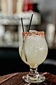 Ein Teporocho (Mezcal-Cocktail) in einer Bar