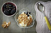 Griechischer Joghurt mit Honig, Cerealien und Beeren