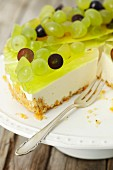 Yoghurt torte with jelly and grapes (close-up)
