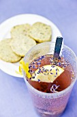 Lavendeldrink mit Snacks