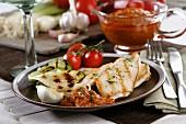 Grillfleisch mit Grillgemüse und Romescosauce