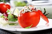 Gefüllte Tomate mit Meeresfrüchtesalat