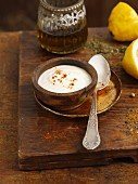 A yoghurt and garlic dip with lemon (India)
