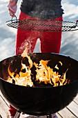 Mann grillt am Bootssteg