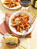 Penne all amatriciana mit Speck, Tomaten und Parmesan