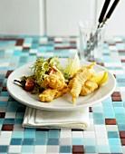 Frittierte Fischfilets mit Blattsalat