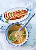 Nudelsuppe mit Mie-Nudeln und honigglasierter Anis-Hühnerbrust (Asien)