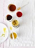 Verschiedene Saucen zu Kuchen, Strudel oder Eiscreme