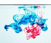 Blaue und rote Tinte im Wasser