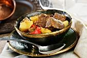 Kalbsgulasch mit Paprika und Kartoffeln (Ungarn)