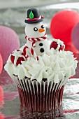Red Velvet Cupcake mit Frischkäsecreme und Schneemann