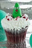 Red Velvet Cupcake mit Frischkäsecreme und Weihnachtssüssigkeiten