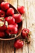 Rote Äpfel in einer Holzschale