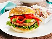 Veganer Burger mit Avocado und Paprika