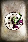 Küchenspüle mit Zwiebelschalen