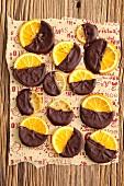 Kandierte Orangenscheiben mit Schokolade zu Weihnachten