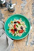 Couscoussalat mit Oliven, Tomaten und Pfefferminze