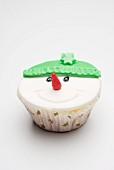 Cupcake als Schneemann-Gesicht verziert