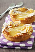 Pear tartlet with flaked almonds