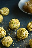 Balls of goat's cheese with pistachios and honey