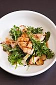 Gegrillte Wachtel auf Salat aus blanchiertem Kohlgemüse und Frühlingszwiebeln
