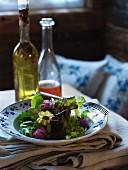 Salat mit Blüten und Wildkräutern