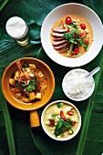 Verschiedene Curries mit Reis (Asien)