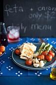 Gebratener Feta mit Frühlingszwiebeln und Tomaten