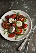 Salad with oven-roasted tomatoes, rocket and goat's cheese