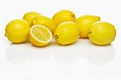 Mehrere ganze Zitronen und eine halbe Zitrone