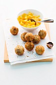 Frittierte Schoko-Kokos-Bällchen mit Mango