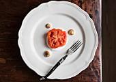 Gebackene Tomatenscheibe auf Joghurt mit Baisertupfen