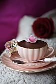 Schokoladendessert mit Rosenblüte zum Valentinstag