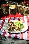 Grillspiesse mit Salat und Wein