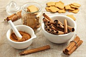 Cinnamon sticks, ground cinnamon and gingerbread biscuits