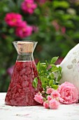 Mit Rosenblütenblättern angesetzter Essig für Rosenessig