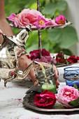 Einen Rosen-Schlaftrunk in silberverzierte Teegläser eingiessen
