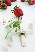 Auf Gabel gespiesste Erdbeere